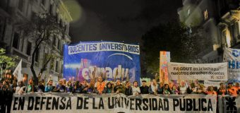 La universidad marchó iluminando la lucha frente al ajuste